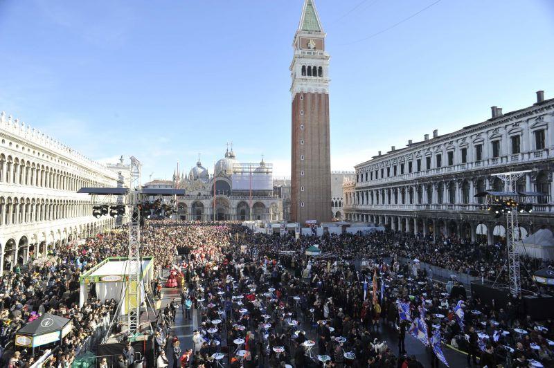 Venedik Karnavalı tüm hızıyla devam ediyor