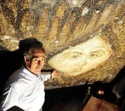 Ayasofya'daki melek tasviri turistlerden büyük ilgi görüyor