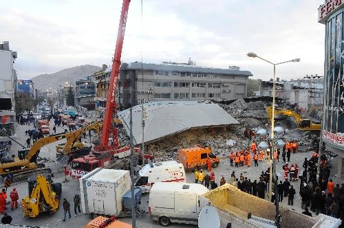 Van daki 5 6 lık depremde çöken bayram otel den sabah 08 50