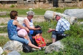 Avrupalı yaşlı turistler ilkbaharda tatil yapıyor