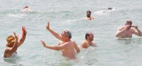 Denize giren turizmciler sezonu açtı