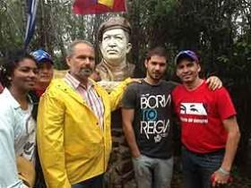 Kübalı dağcılar zirveye Chavez büstü dikti