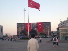 Taksim meydanında 'Duran Adam' eylemi çok konuşuldu