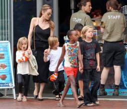 Angelina Jolie Çocuklarıyla Akvaryum Ziyaretinde