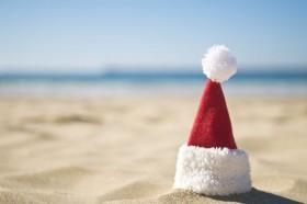 Plajda-Noel-Baba-Sapkasi