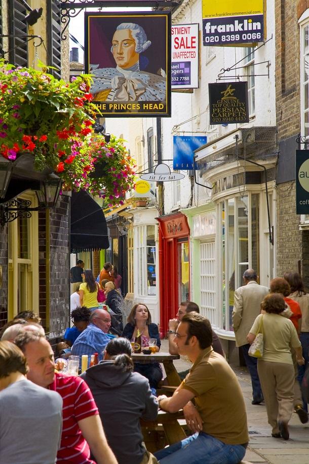 Richmond Upon Thames kasabası Londra'ya gelip eski İngiltere'yi yaşamak isteyenlerin kaçamak yeri