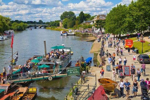 Londra'nın Richmond Upon Thames kasabasına gittiğinizde tekne gazileri Thames nehrinde gezintiye çıkabilirsiniz