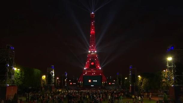 Paris'in simgesi Eyfel Kulesi kırmızı-beyaz