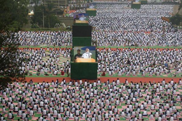 Hindistan Başbakanı binlerce kişiye yoga yaptırdı