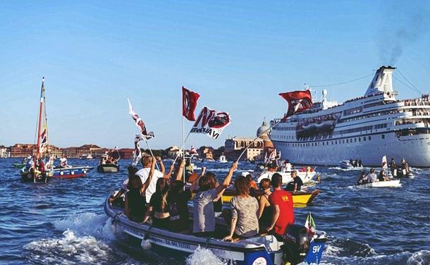 Venedik'te cruise gemileri protesto edildi