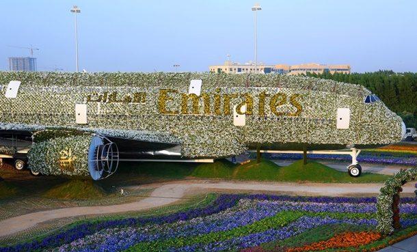 Emirates Havayolları, merkezi Dubai'de 500 binden fazla canlı çiçek kullanarak A380 model uçağının birebir benzerini yaptı.