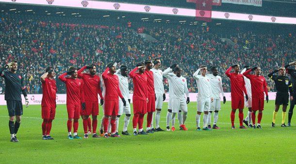 Futbol Dünyası Şehitlere Saygı Maçında Bir Araya Geldi