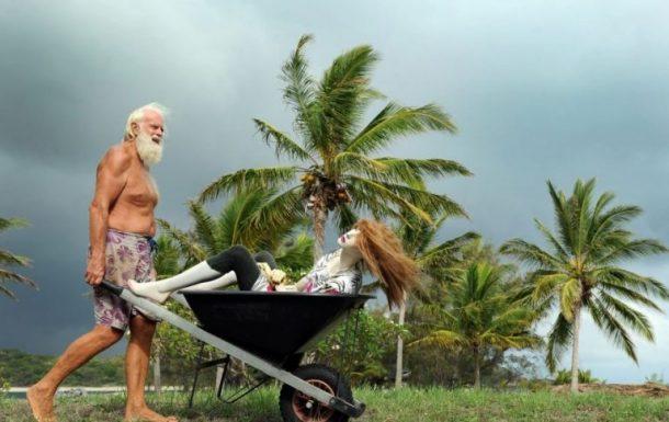 Milyonları Vardı Şimdi Tropik Bir Adada Yaşıyor