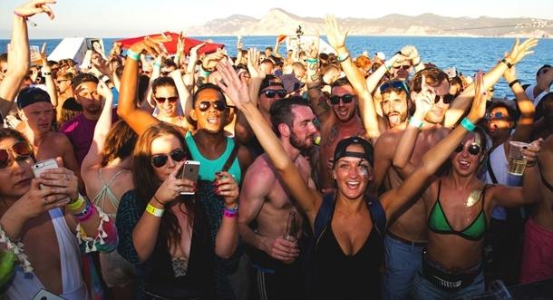 Yıldız Futbolcu Turist Kaynayan Eğlence Adasında Gece Kulübü Açıyor