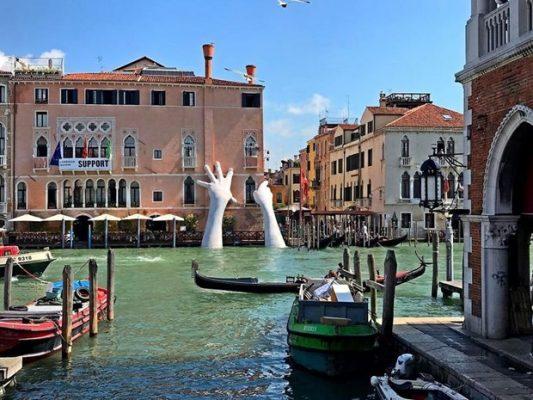 Venedik Yardım Heykeli