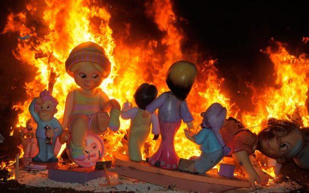 İspanyanin yanan dev kuklalari Las Fallas