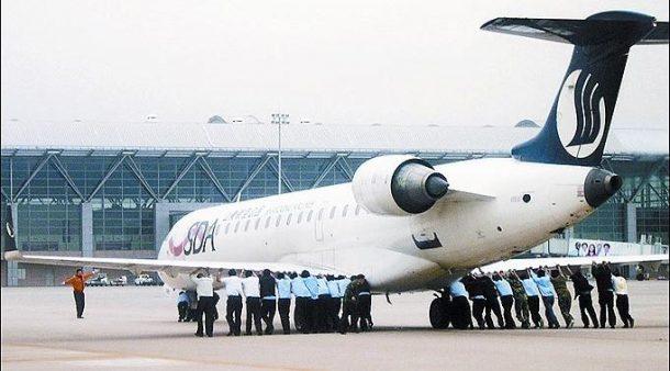 Endonezya'da yolcular uçağı iterek çalıştırmak istedi