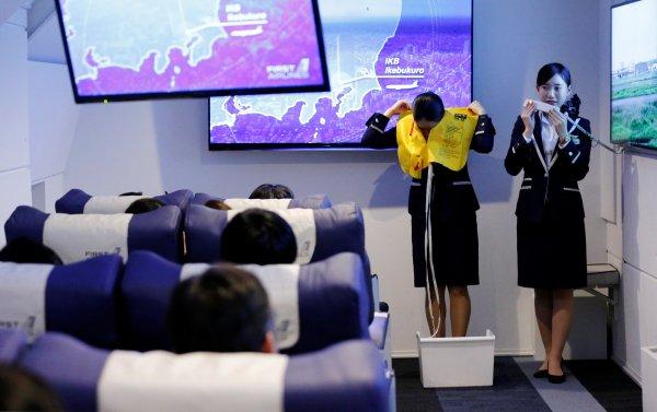 hostesler sanal gerçeklikte canyeleklerini de gösteriyor