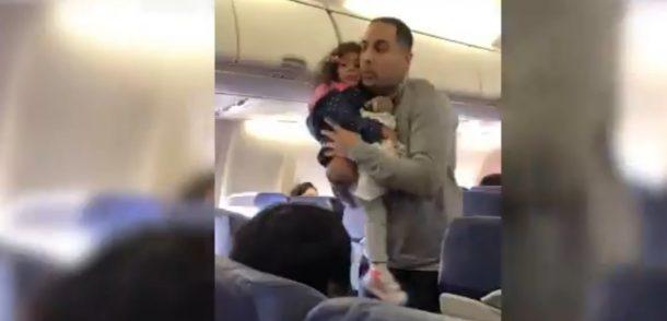baba ve kızını uçaktan attılar
