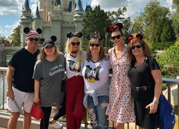 Ünlü model Karlie Kloss, ikiz kardeşleriyle Disneyland turunda