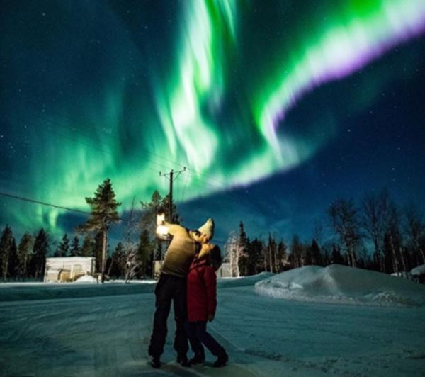 Finlandiya Lapland turuna çıkan ünlü çift kuzey ışıkları altında romantik anlar yaşadılar