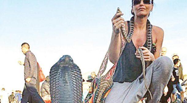 Eda Taşpınar Marakeş'te yılanla