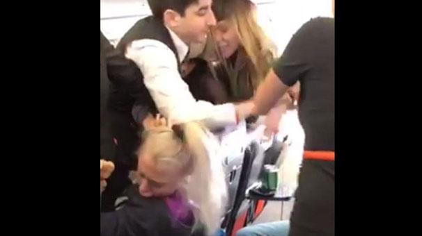 Dansçı kadınlar uçakta ortalığı birbirine kattı!