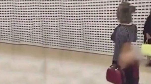 Meksikada havalimanında iç çamaşırlarıyla gezen kadın