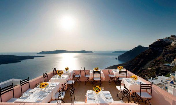 Santorini de bulunan Ambrosianın terasında yemek