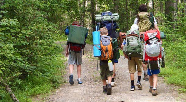 Çocuklar yaz kampında öğrenirken eğleniyor