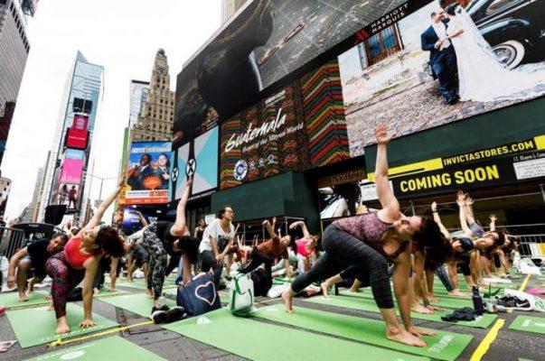 Times Meydanı Dünya Yoga Günü'nde yogacılarla doldu