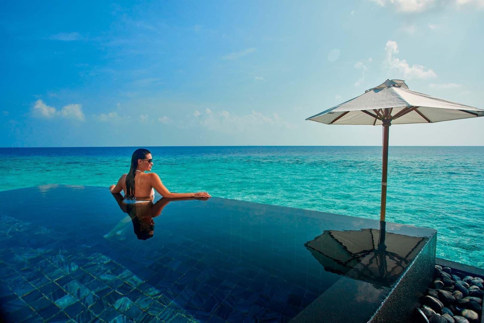 Balayı tatili için Constance Halaveli Maldiveler su villaları