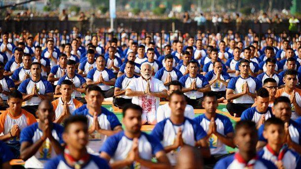 Hindistan Başbakanı Modi 50 bin kişiyle yoga yaptı!