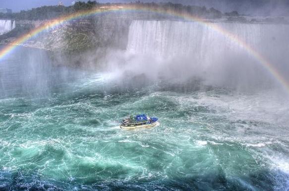 Niagara Şelalesi gökkuşağı altında balayı tatili