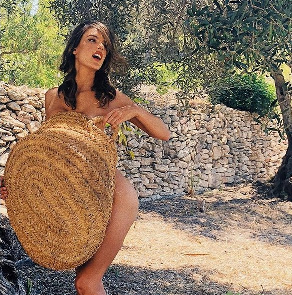 Alessandra Ambrosio İspanyol Adası İbiza'da zeytin topladı!