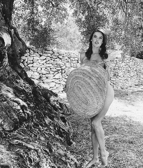 Alessandra Ambrosio İspanyol Adası İbiza'da tatil yapıyor