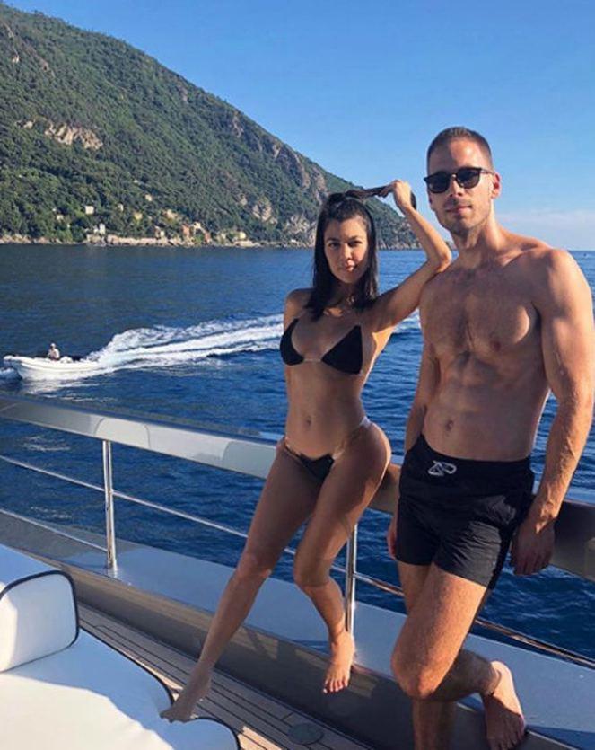 Kardashian ve sevgilisi İtalya plajlarının tadını çıkarıyor