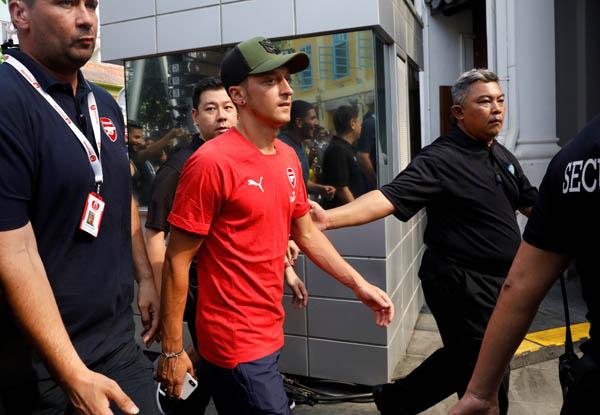 Arsenal ile Singapur'da kampta olan Mesut Özil'e koruma ordusu eşlik ediyor!