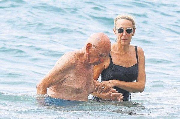 Dünyanın en zengin iş adamlarından Murdoch  eşi ile birlikte Frdansa sahillerinde