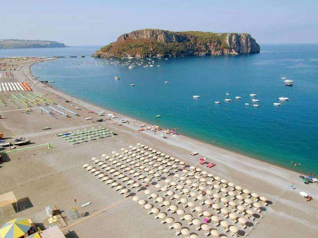 Praia a Mare'nin ünü sadece muhteşem denizi ve plajı değil mağaraların da yer aldığı Dino adasından da geliyor.