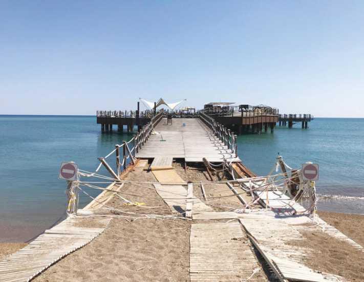 Mardan Palace önündeki ünlü plajın durumu ise içler acısı