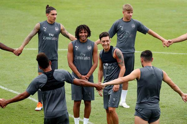 Arsenal ile Singapur kampında olan Mesut Özil yüzü gülüyor