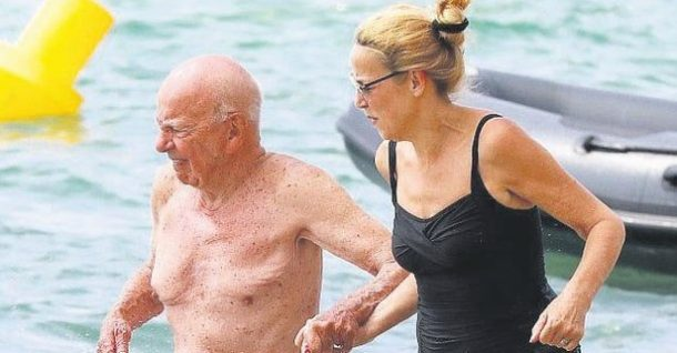 Dünyanın en zenginlerinden Murdoch, Fransa sahillerinde eşiyle tatil yapıyor