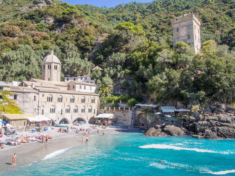 San Fruttuoso'nun güzel plajı küçük ve çakıl taşlı bir kumsala sahip