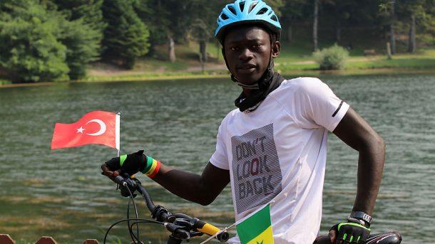 Senegalli Mustafa, mahallelinin aldığı bisikletle Türkiye'yi dolaşıp, Afrika'yı anlatacak