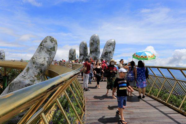 Vietnam'daki taş ellerin tuttuğu Altın Köprü