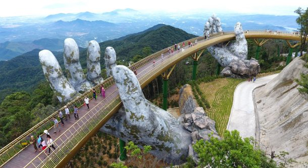 Vietnam'daki taş ellerin tuttuğu Altın Köprü kendine hayran bırakıyor!