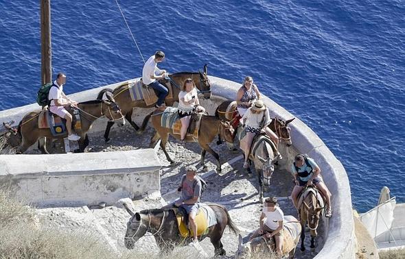 Obez turistler Yunan Adası Santorini'yi karıştırdı