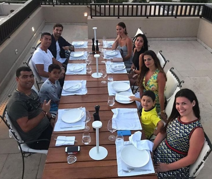 Ronaldo Yunanistan tatilinde ailesiyle ilgileniyor
