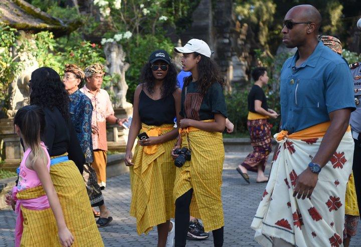 Obama'nın kızları Yogyakarta'daki Prambanan Tapınağında